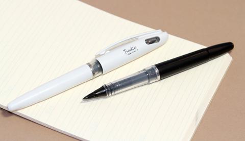 Ручка Pentel Tradio TRJ50, если присмотреться, видно заляпанное чернилами окошко