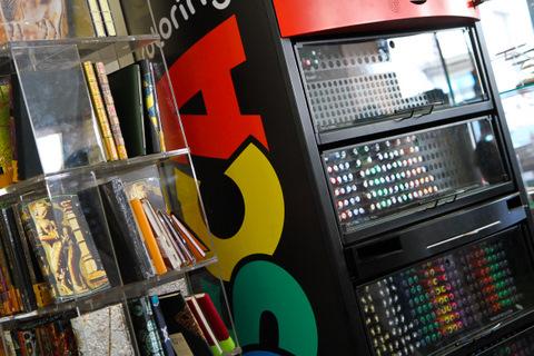Художественный магазин в Порту (стенд с маркерами Uni)