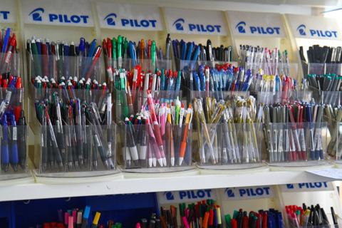 Художественный магазин в Порту (стенд с ручками)