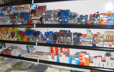 Полка с ручками в маленьком книжно-газетном магазинчике
