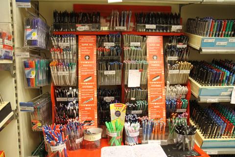 Ручки в париже (полки с обычными шариковыми ручками)