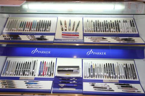 Стенд с перьевыми ручками