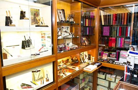 Ежедневники и перьевые ручки в магазине на Via XX september