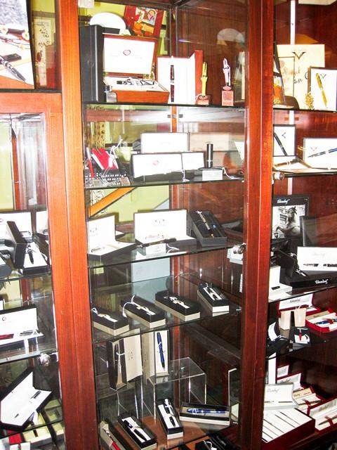 Магазин ручек Faita 2000 в турине, деревянные полки с ручками