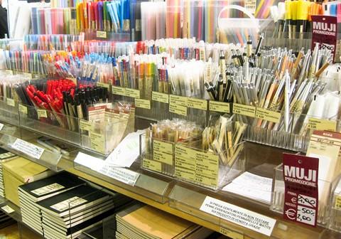 Ручки в магазине MUJI в Турине, Италия
