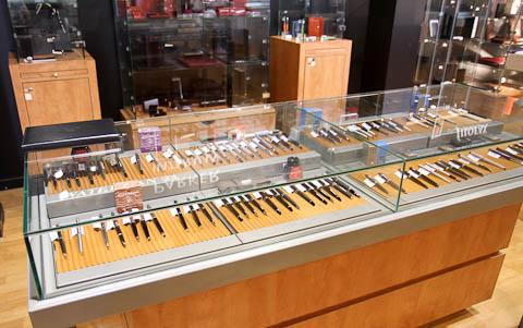 Витрины с ручками в галерее Lafayete в Ницце