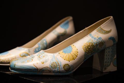 Туфли, раскрашенные маркерами Uni-ball Posca