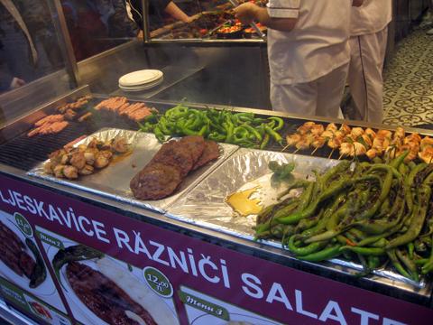 Витрины в закусочной Стамбула